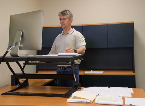 Steh-Sitz-Arbeitstische: Auf diese Merkmale kommt es an